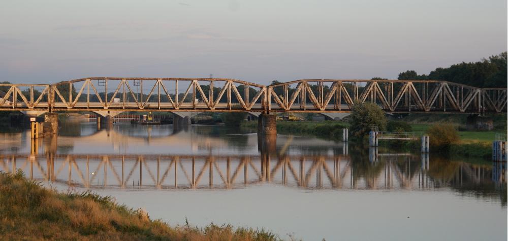 Most kolejowy na osiedlu Karłowice we Wrocławiu