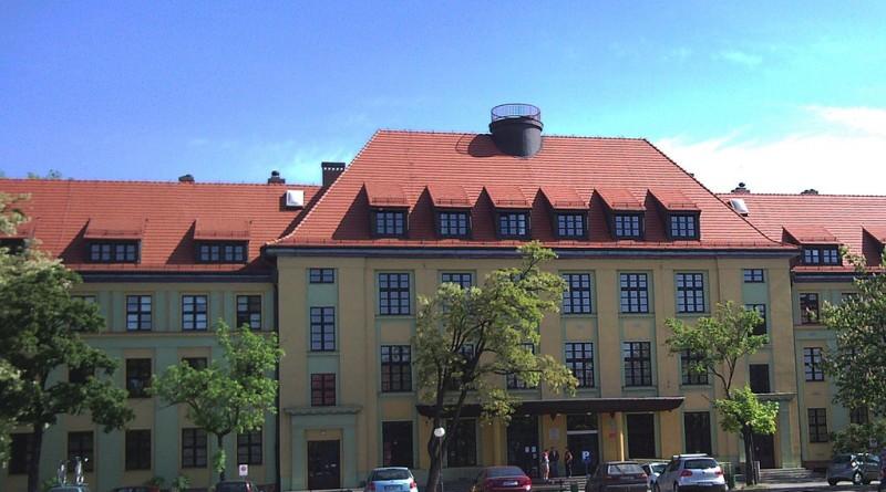 1024px-Instytut_Stosunków_Międzynarodowych_Uniwersytetu_Wrocławskiego